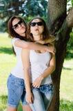 Dos adolescentes que comparten tiempo alegre al aire libre Imagenes de archivo