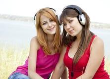Dos adolescentes que escuchan el jugador Fotos de archivo libres de regalías