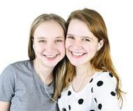 Dos adolescentes que escuchan la música Imágenes de archivo libres de regalías