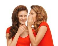 Dos adolescentes que hablan en camisetas rojas Fotografía de archivo libre de regalías