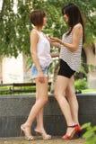 Dos adolescentes que hablan en la calle Foto de archivo
