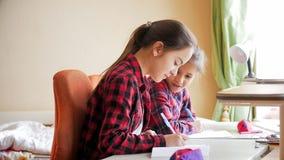 Dos adolescentes que hablan y que hacen la preparación en la ventana del empuje Fotografía de archivo libre de regalías