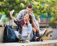 Dos adolescentes que hacen el selfie junto Fotos de archivo libres de regalías