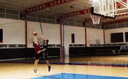 Dos adolescentes que juegan al baloncesto junto en la corte Foto de archivo