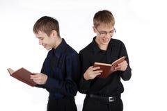 Dos adolescentes que leen un libro Imágenes de archivo libres de regalías