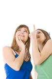 Dos adolescentes que miran para arriba Imagen de archivo libre de regalías