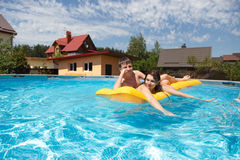 Dos adolescentes que nadan en la piscina Fotografía de archivo