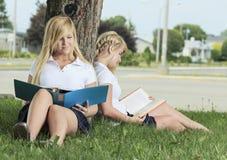 Dos adolescentes que se divierten al aire libre Fotos de archivo
