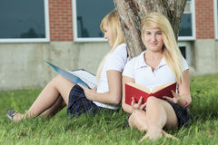 Dos adolescentes que se divierten al aire libre Imágenes de archivo libres de regalías