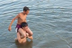 Dos adolescentes que se divierten en el río Fotos de archivo libres de regalías