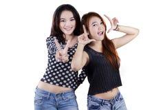 Dos adolescentes que se divierten en estudio Fotos de archivo libres de regalías