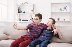 Dos adolescentes que toman el selfie en casa, amistad Fotos de archivo