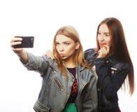 Dos adolescentes que toman la imagen con smartphone Fotos de archivo libres de regalías