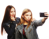 Dos adolescentes que toman la imagen con smartphone Imagen de archivo