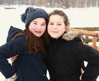 Dos adolescentes se cierran encima del retrato del invierno Fotos de archivo