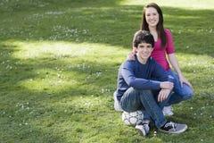 Dos adolescentes sonrientes con el balón de fútbol Imágenes de archivo libres de regalías