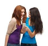 Dos adolescentes sonrientes con smartphone Imagenes de archivo