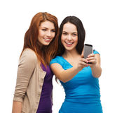 Dos adolescentes sonrientes con smartphone Fotografía de archivo