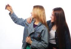 Dos adolescentes sonrientes que toman la imagen Fotos de archivo libres de regalías