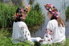 Dos adolescentes ucranianos en ropa tradicional Fotos de archivo