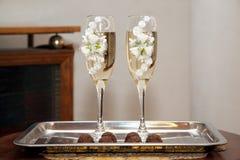 Dos adornaron el vidrio del champán de la boda Foto de archivo libre de regalías