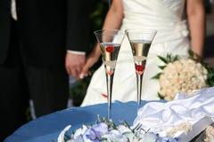 Dos adornaron el vidrio del champán de la boda Fotografía de archivo