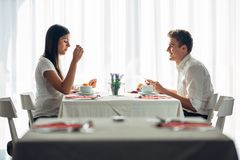 Dos adultos jovenes casuales que tienen una conversación sobre una comida Oferta formal, hablando en un restaurante Comida que in foto de archivo