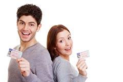 Dos adultos jovenes con la conducción Foto de archivo libre de regalías