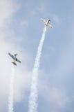 Dos aeroplanos que hacen truco Foto de archivo libre de regalías