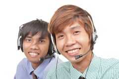 Dos agentes asiáticos del centro de atención telefónica imagen de archivo libre de regalías