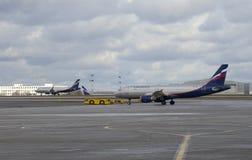 Dos Airbus A320 de Aeroflot en el campo de aviación Sheremetyevo Imagen de archivo libre de regalías