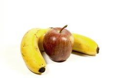 Dos aislaron plátanos y Apple maduros amarillos en blanco fotos de archivo