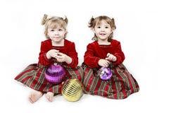 Dos alineadas del rojo de las niñas Imágenes de archivo libres de regalías