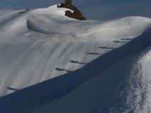Dos alpinistas que caminan en nieve Imagen de archivo libre de regalías