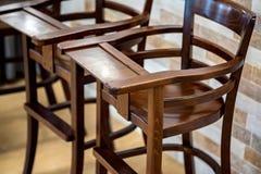 Dos altas sillas de madera para la opinión cercana de los bebés imagenes de archivo