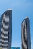 Dos altas torres modernas de la propiedad horizontal de la subida Foto de archivo libre de regalías