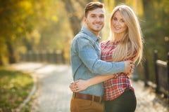 Dos amantes en el parque del otoño Fotografía de archivo libre de regalías