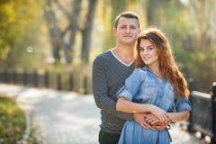Dos amantes en el parque del otoño Imagenes de archivo