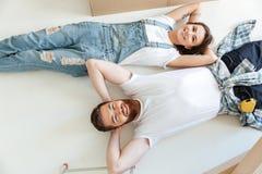 Dos amantes felices que mienten en piso y que miran para arriba Imagen de archivo