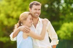 Dos amantes felices sonrientes jovenes que pasan su tiempo en el verano para Imagen de archivo libre de regalías