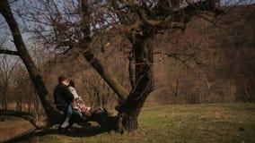 Dos amantes pasan el tiempo junto en naturaleza, en una atmósfera romántica almacen de video