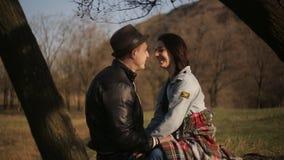 Dos amantes pasan el tiempo junto en naturaleza, en una atmósfera romántica metrajes