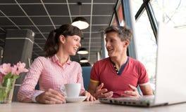 Dos amantes que charlan y que se divierten en el café Foto de archivo libre de regalías