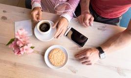 Dos amantes que charlan y que se divierten en el café Imágenes de archivo libres de regalías