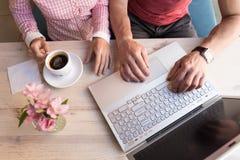 Dos amantes que charlan y que se divierten en el café Imagen de archivo libre de regalías