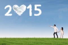 Dos amantes que señalan en el número 2015 Foto de archivo libre de regalías