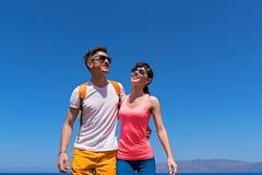 Dos amantes que se divierten cerca del mar Imágenes de archivo libres de regalías