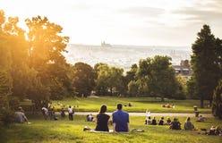 Dos amantes que se sientan en la hierba verde, Praga, agosto de 2015 Fotografía de archivo libre de regalías