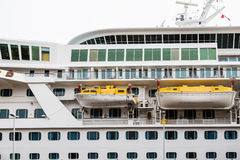 Dos amarillos y botes salvavidas blancos en el barco de cruceros Imagenes de archivo