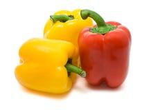 Dos amarillos y paprikas rojos imagen de archivo